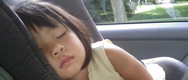 Dziecko w rozgrzanym samochodzie jest jak skazanie na śmierć! [Film]